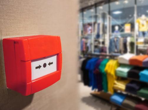 Déclencheur manuel de détection incendie dans un magasin de prêt-à-porter